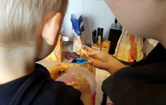 Weihnachtsanhänger aus Teig herstellen - bei der Salzteigherstellung die Konsistenz prüfen
