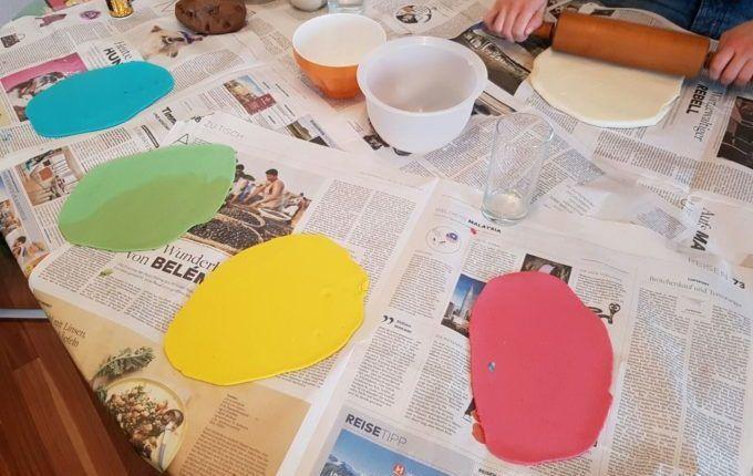 Weihnachtsanhänger aus Teig herstellen - bunter Teig auf Zeitungspapier