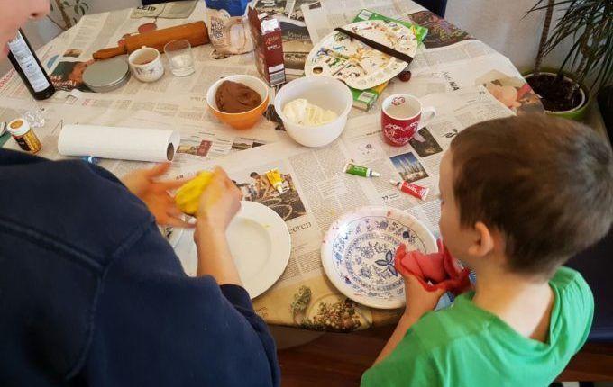 Weihnachtsanhänger aus Teig herstellen - Kind färbt Salzteig
