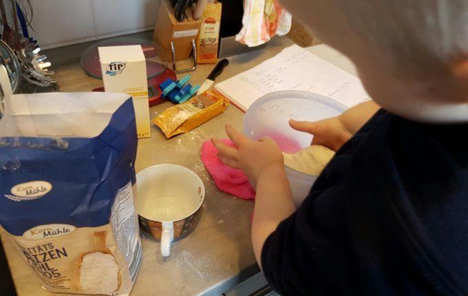 Weihnachtsanhänger aus Teig herstellen - Kind knetet Salzteig