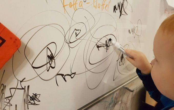 Wenn Kind und Whiteboard aufeinandertreffen - Kind malt Monde
