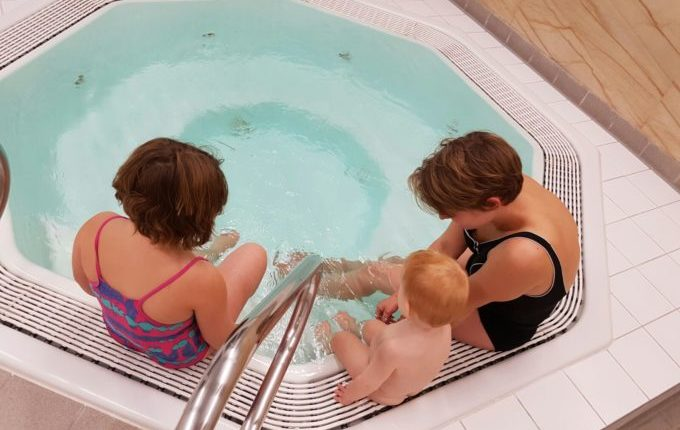 Wochenende im Bundesleistungszentrum Kienbaum - Frau und Kinder am Whirlpool