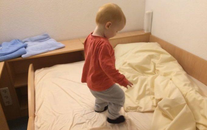 Wochenende im Bundesleistungszentrum Kienbaum - Kind auf Bett