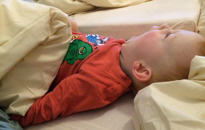 Wochenende im Bundesleistungszentrum Kienbaum - Kind gähnt im Bett