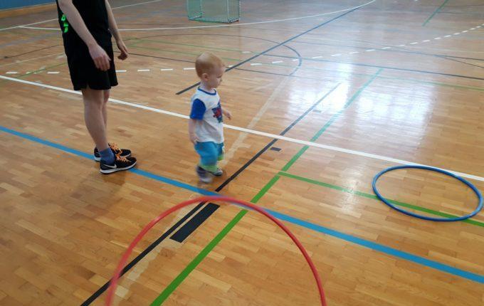 Wochenende im Bundesleistungszentrum Kienbaum - Kind spielt mit Hula Hoop Reifen