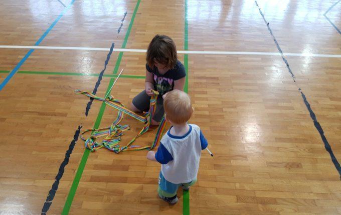 Wochenende im Bundesleistungszentrum Kienbaum - Kinder mit bunten Bändern