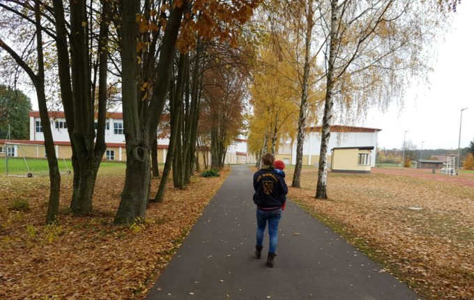 Wochenende im Bundesleistungszentrum Kienbaum - Mutter spaziert mit Kind