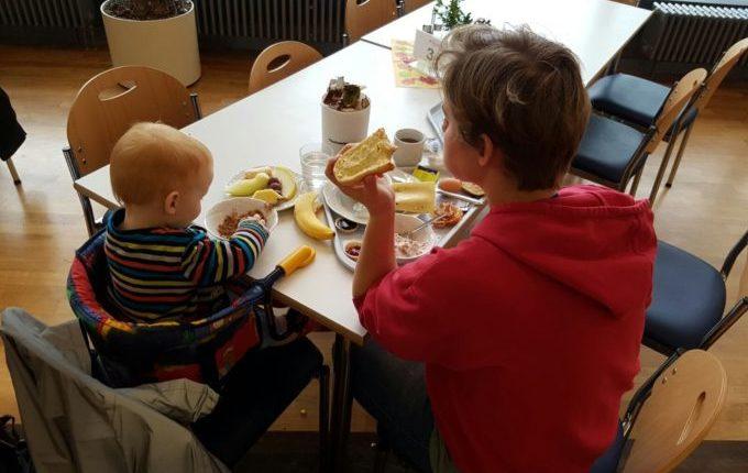 Wochenende im Bundesleistungszentrum Kienbaum - Mutter und Kind beim Frühtsück