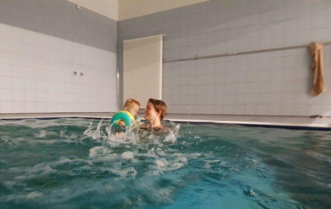 Wochenende im Bundesleistungszentrum Kienbaum - Mutter und Kind beim Schwimmen