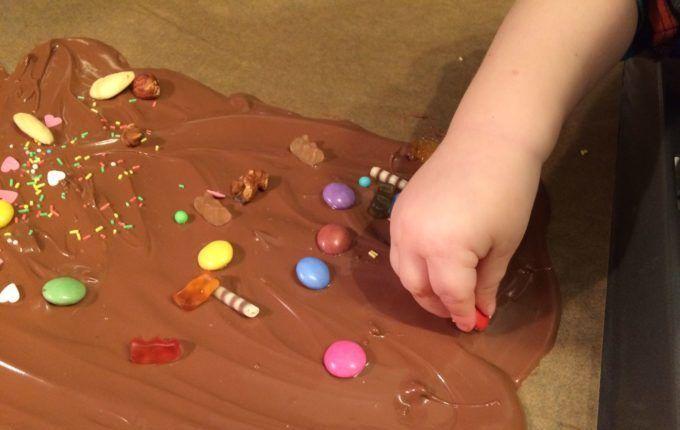 Bruchschokolade - Kind verziert geschmolzene Schokolade