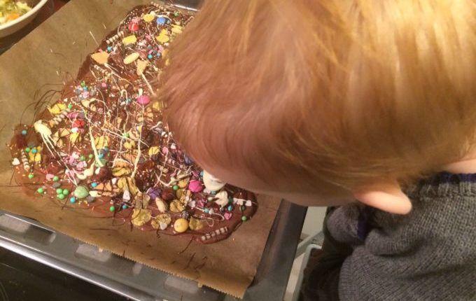 Bruchschokolade - Kind verziert mit geschmolzener Schokolade