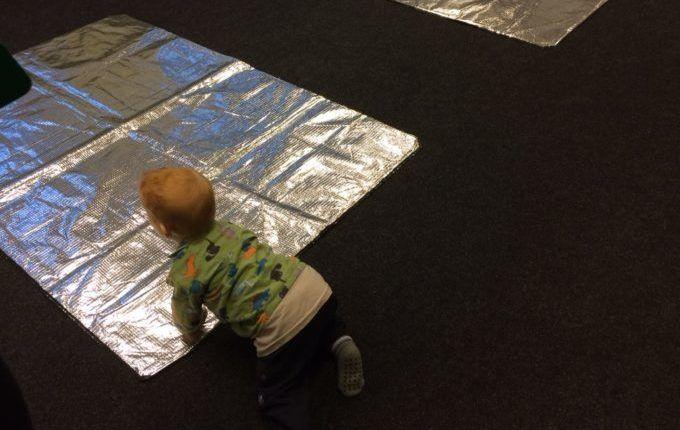 Erste-Hilfe-Kurs mit Kind - Kind auf Übungsmatten