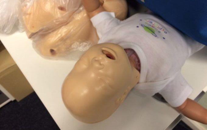 Erste-Hilfe-Kurs mit Kind - Säuglingspuppe zum Üben mit Masken