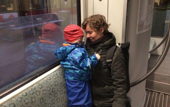 Erste-Hilfe-Kurs mit Kind - Tante und Neffe in der S-Bahn
