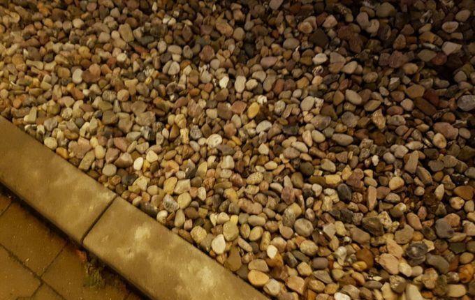 Familiensteinbild - Steine vor Supermarkt