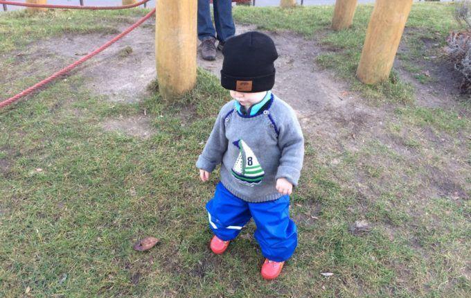 Spielplatz in der Albrecht-Dürer-Straße - Kind läuft Hügel herunter