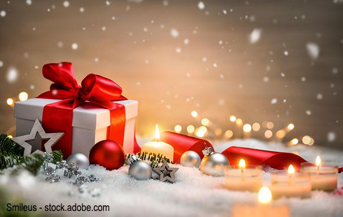 Weihnachtsgeschenk im Schnee mit Kerzen