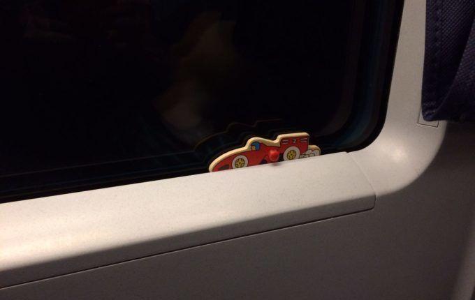Zugfahrt mit Kleinkind - Puzzleteil am Fenster