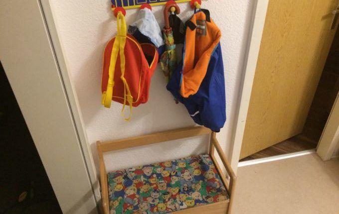 Kind will sich nicht anziehen lassen - Sitzbank.jpg