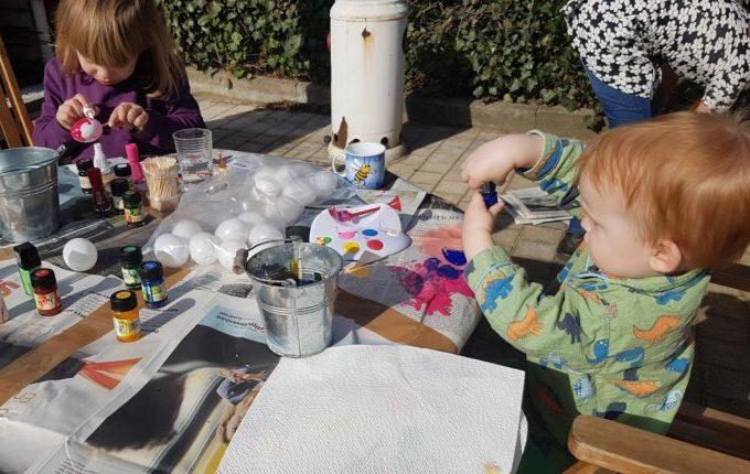 Kinder malen Ostereier an