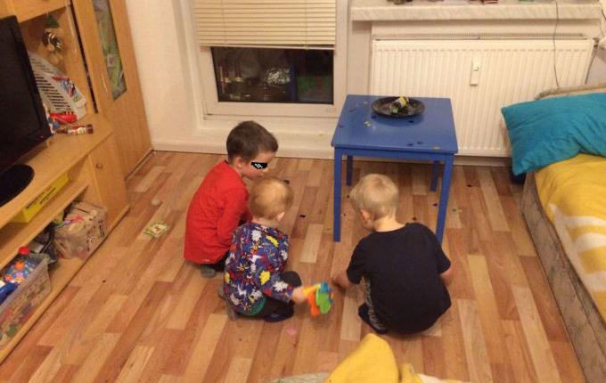 Kinder sammeln zu Silvester Sachen vom Boden auf