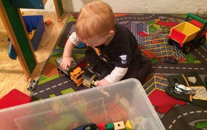 Kindercafé Driss im Wunderland -Kind spielt mit Fahrzeugen