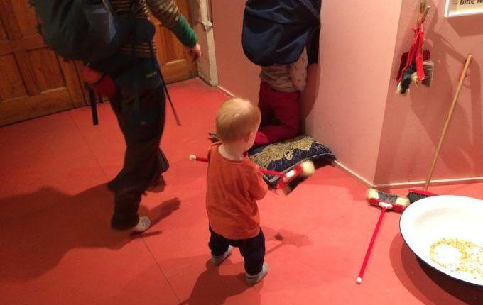 MACHmit! Museum für Kinder - Kind fegt
