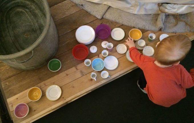 MACHmit! Museum für Kinder - Kind spielt mit Geschirr