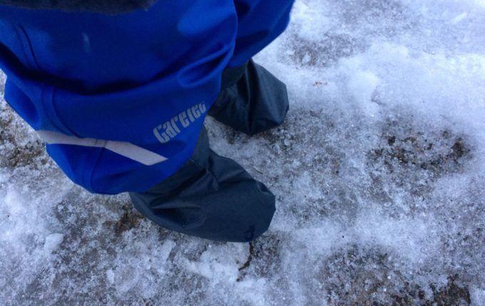 MamaMotion - Produktvorstellung und Verlosung - Kind im Schnee mit Regenfüßlingen