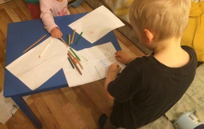 Silvester mit Kindern feiern - Kind zeichnet