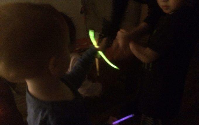 Silvester mit Kindern feiern - Kinder mit Knicklichtern