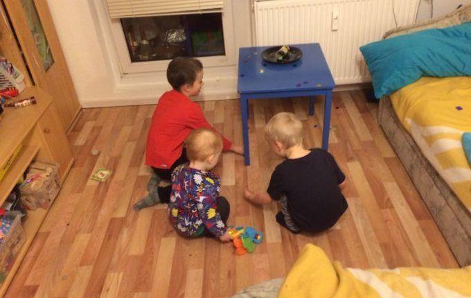 Silvester mit Kindern feiern - Kinder sammeln Überraschungen vom Tischfeuerwerk auf