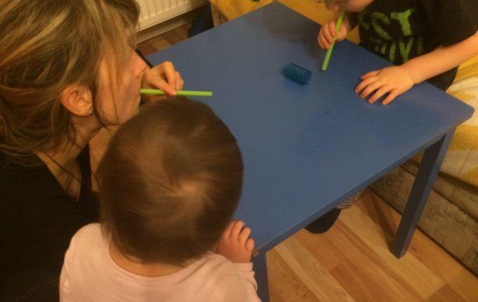 Silvester mit Kindern feiern - Strohhalmpusten