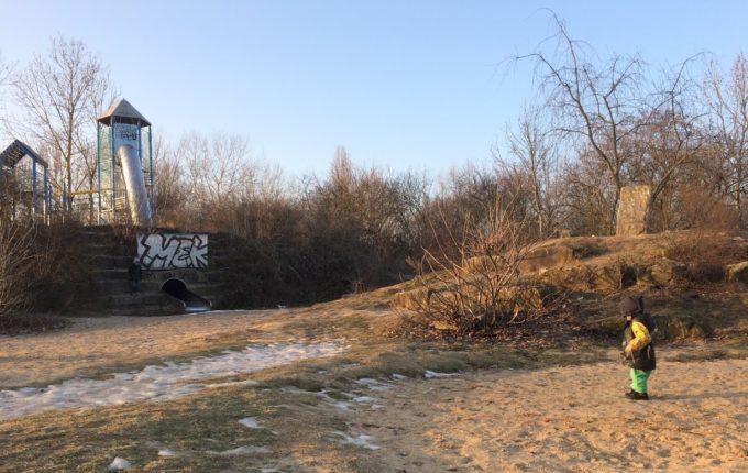 Abenteuerspielplatz im Libertypark - Hügel und Steine zum Klettern