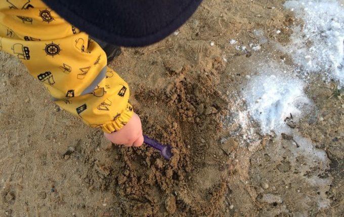 Abenteuerspielplatz im Libertypark - Kind backt Sandkuchen