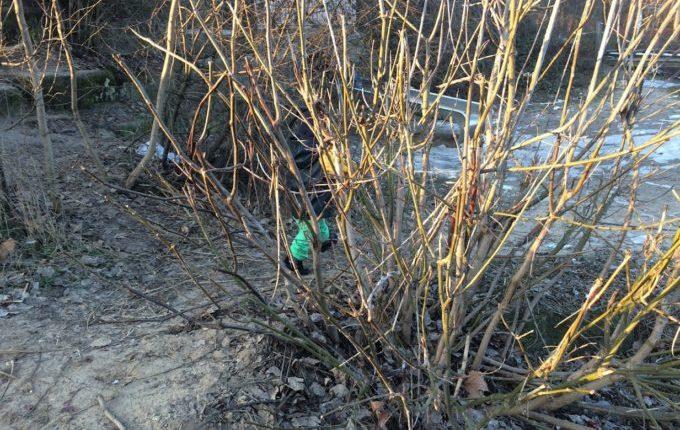 Abenteuerspielplatz im Libertypark - Kind läuft durch Gebüsch