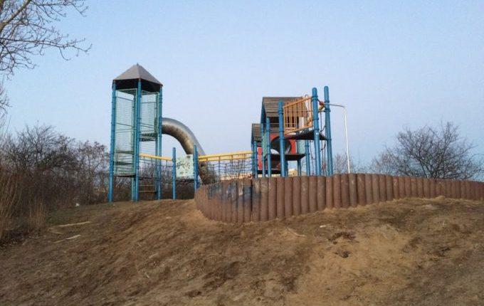 Abenteuerspielplatz im Libertypark - steile Rutsche