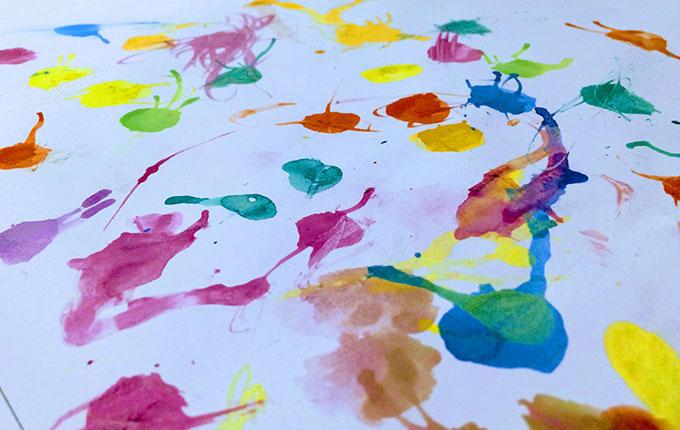 Bunte Kleckse aus Wasserfarbe auf weißem Papier