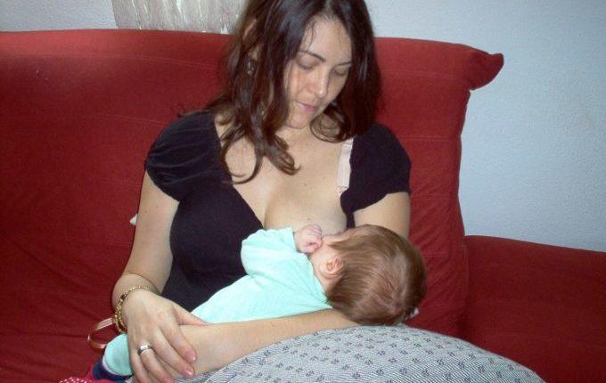 Dauerstillen oder auch Clusterfeeding - Mutter stillt Kind