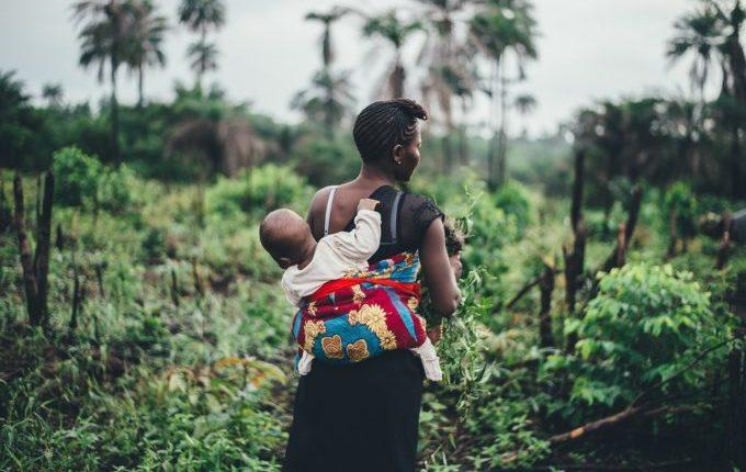Dauerstillen oder auch Clusterfeeding - Mutter trägt Kind auf Arbeit