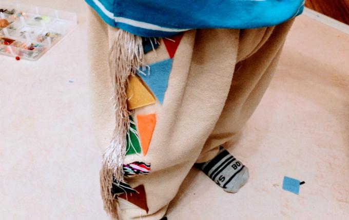Indianer Hose mit Fransen und bunten Mustern