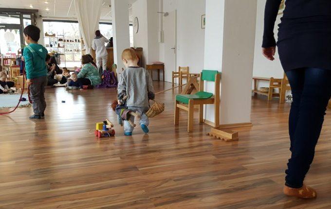 Kindercafé Sonnenkind - Kind mit Puppe