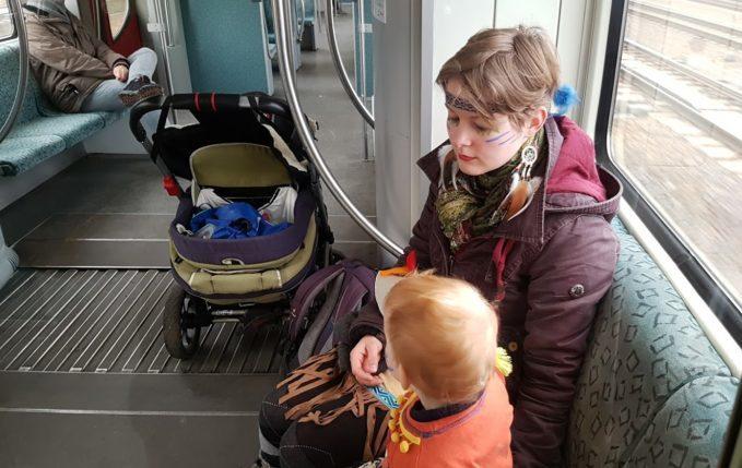 Mit Kind zum Faschingsumzug - Mutter und Kind im Kostüm in der S-Bahn