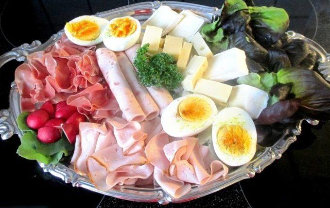 Platte mit Fleisch, Eiern, Käse und Gemüse