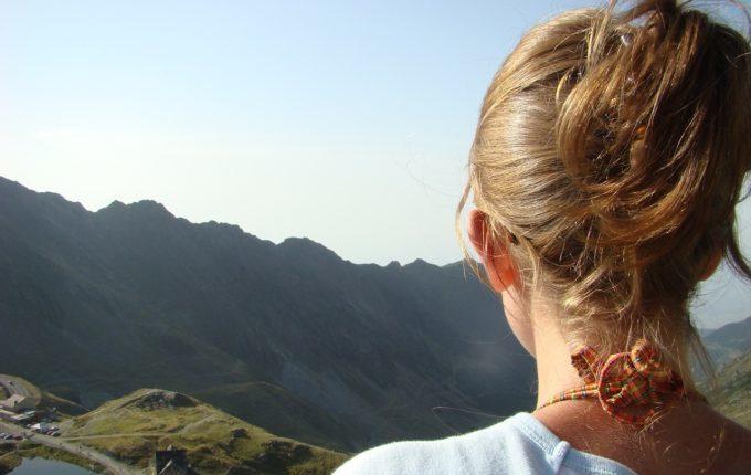 Stillprobleme - Frau schaut auf die Berge