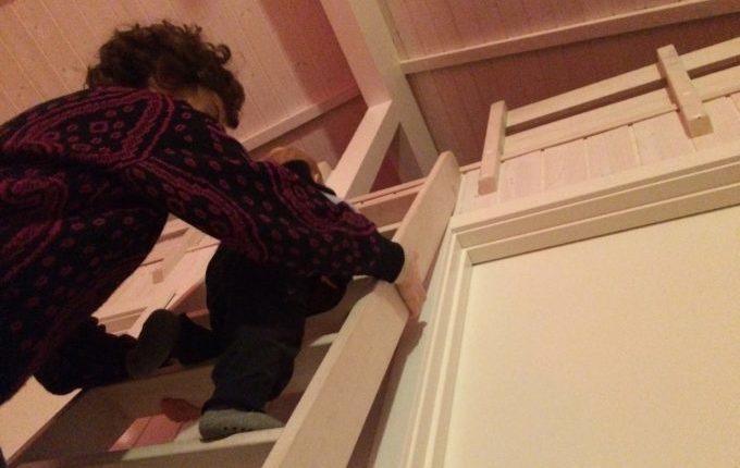12 von 12 - März 2017 - Kind klettert mit Frau auf Leiter