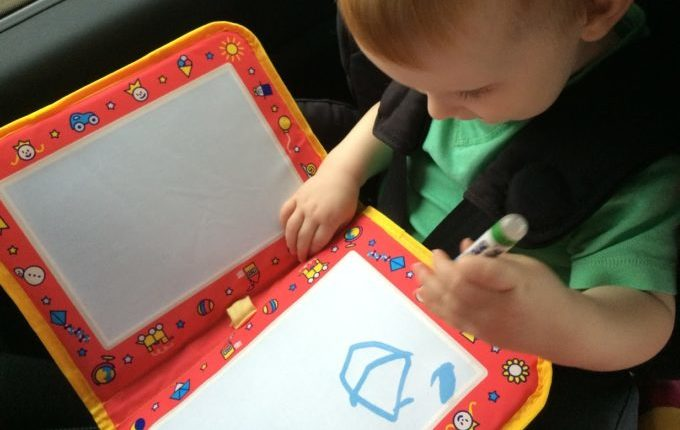 6 Tipps für eine lange, aber entspannte Autofahrt mit Kleinkind - Kind malt mit Aqua Doodle Travel Maltasche