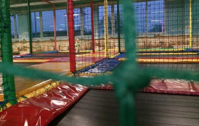 Bim & Boom Kinderspielland - Kind auf Trampolin