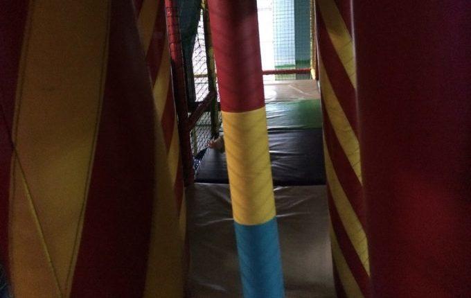Bim & Boom Kinderspielland - Kind hinter Hindernis