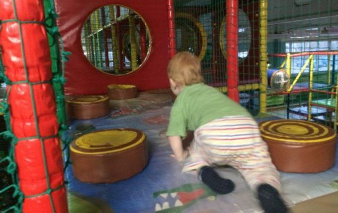 Bim & Boom Kinderspielland - Kind klettert durch Hindernisse